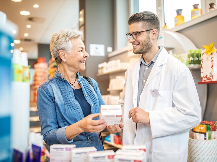 Mujer que compra medicamentos en la farmacia