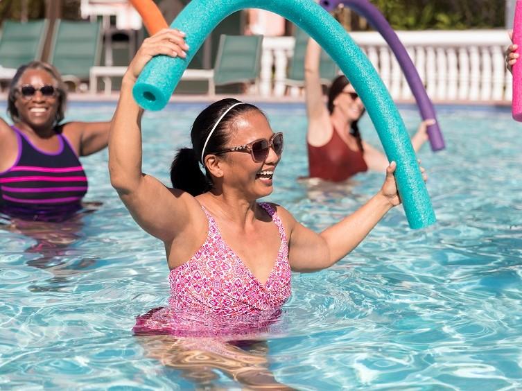 Mujer sonriente en la piscina