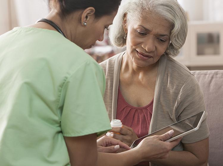 Mujer hablando con una médica